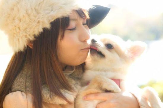 犬を抱える女性
